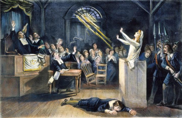 Een vermeende heks verschijnt voor een tribunaal van lokale magistraten in Salem in de Britse kolonie Massachusetts
