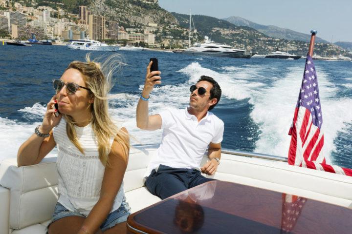 Amerikaanse economie stijgt - Genieten in een bootje bij Monaco. Veel Amerikanen gaat het voor de wind.