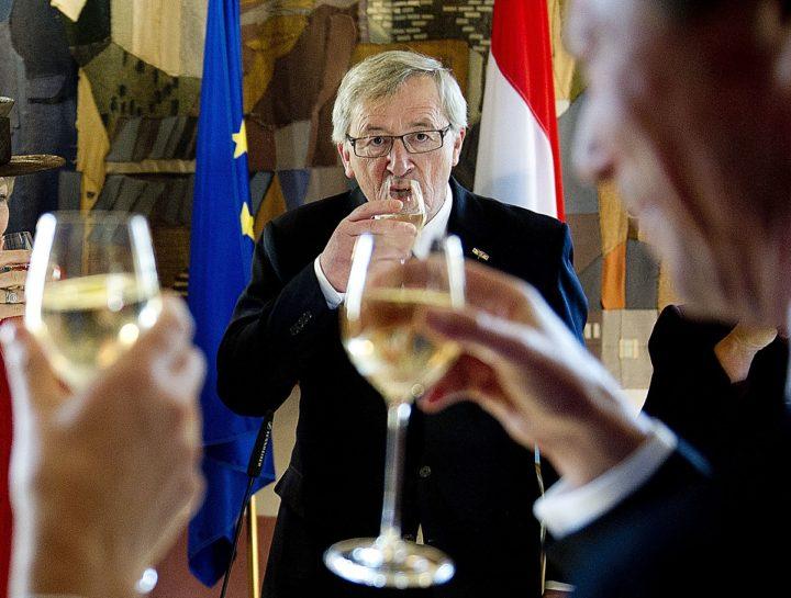 Juncker met glas wijn.