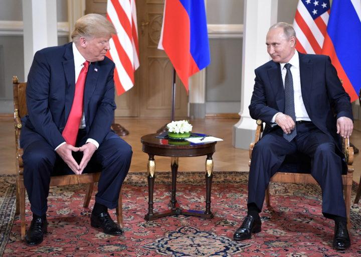 Trump (links) en Poetin voordat ze elkaar in Helsinki onder vier ogen zouden spreken