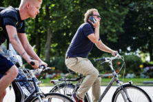 Mobiel bellen op fiets moet snel verboden worden