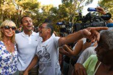Macron wil vakantie niet onderbreken voor herdenking, critici woest