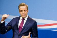 Wekelijkse persconferentie draait uit op verhoor De Jonge