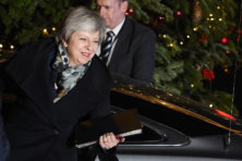 Gehavende May naar EU-top om Brexit-deal te redden