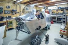 Bouwen aan een vliegtuig vanuit de garage