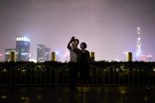 Achter China's glanzende façade zwaait de stok