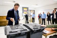 Hoe erg is het dat Rutte steun moet zoeken bij de oppositie?