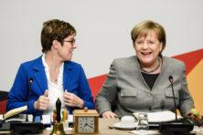 'Mini-Merkel' ontmaskert president Macron