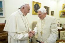 Paus Franciscus in verlegenheid door visie voorganger