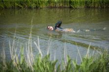 Van der Weijdens zwemmarathon is aangrijpend en inspireert hele land