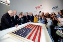 Trump ontvangt ook D-day-vlag in Witte Huis