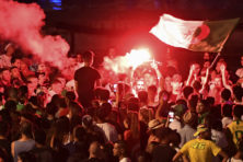 Algerije wint en weer is Frankrijk toneel van rellen