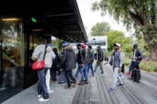 Woede in Amsterdam: krakers We Are Here zetten ondernemer eigen pand uit