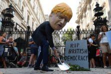 Bizar dat Johnson zo makkelijk parlement buiten spel kan zetten