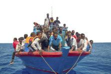 Merkel en Macron dringen Europa Afrikanen en Aziaten op