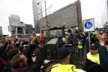 Boeren bezetten binnenstad Den Haag: tractoren bij Binnenhof (video)