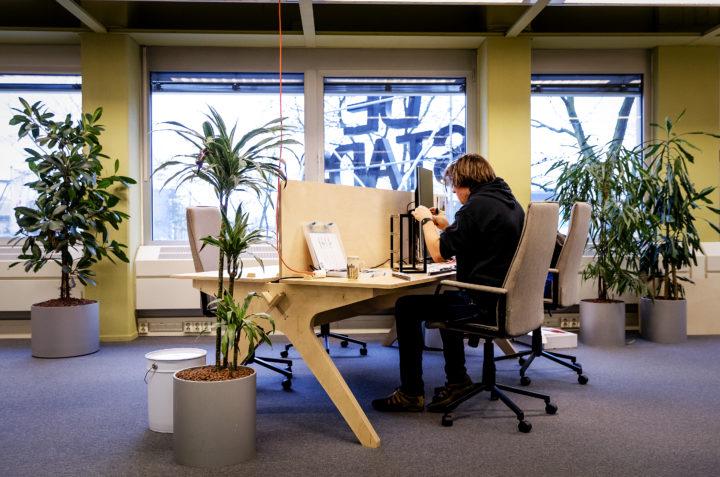 Een zzp'er aan het werk in een kantoortuin. Foto: ANP