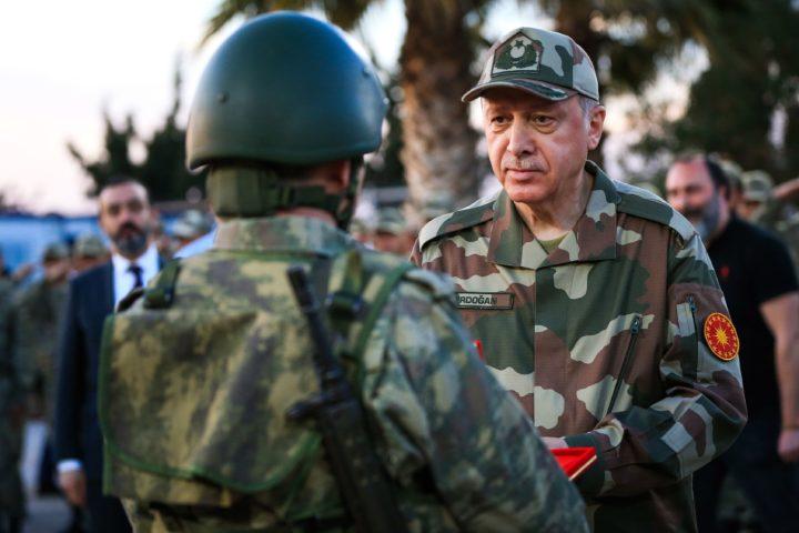 Erdogan inspecteert zijn leger