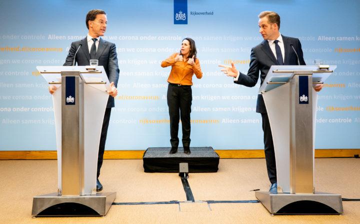 Premier Rutte en minister De Jonge op hun persconferentie van 31 maart
