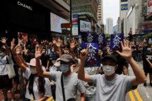China breekt belofte en knecht het rijke en democratische Hongkong