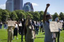 Kanttekeningen bij demo's, gebalde vuisten, knielen en monumenten