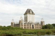 Grote nutteloze bouwwerken sieren ook het Nederlandse landschap