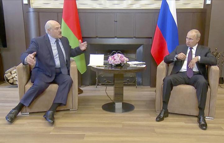 Loekasjenko van Wit-Rusland, links, en Poetin van Rusland, rechts. Foto: ANP