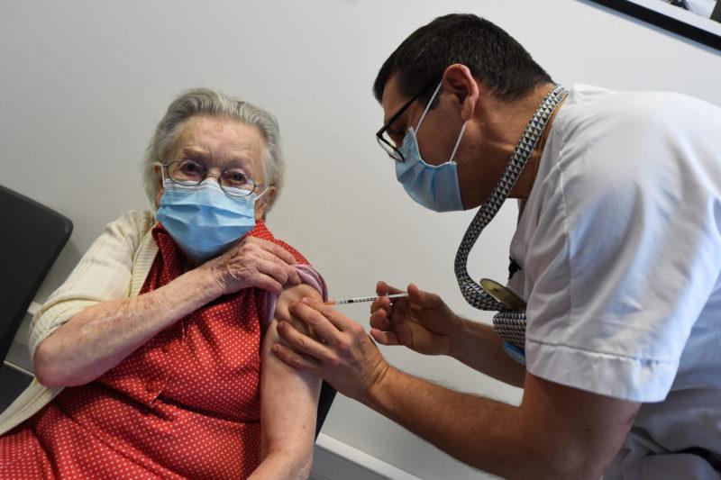 Een Franse bewoonster van een verpleeginshuis wordt gevaccineerd