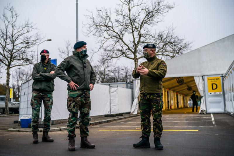 Commandant der Strijdkrachten Rob Bauer in gesprek met een militair in de XL-teststraat in Eindhoven. ANP