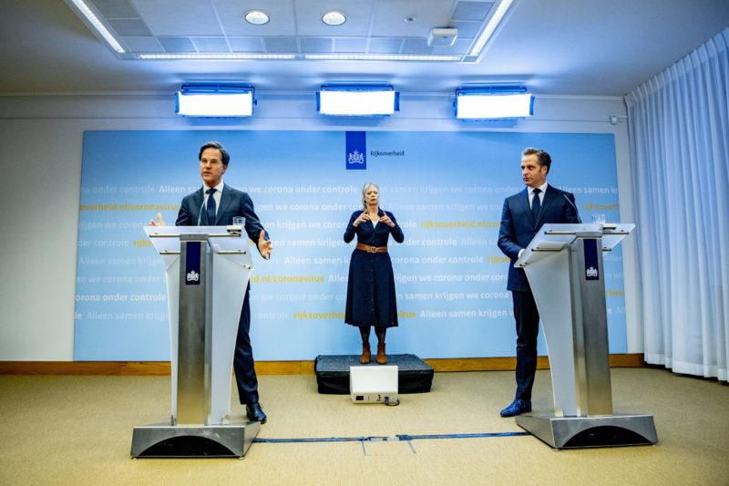 Mark Rutte en Hugo de Jonge bij een persconferentie over de coronamaatregelen