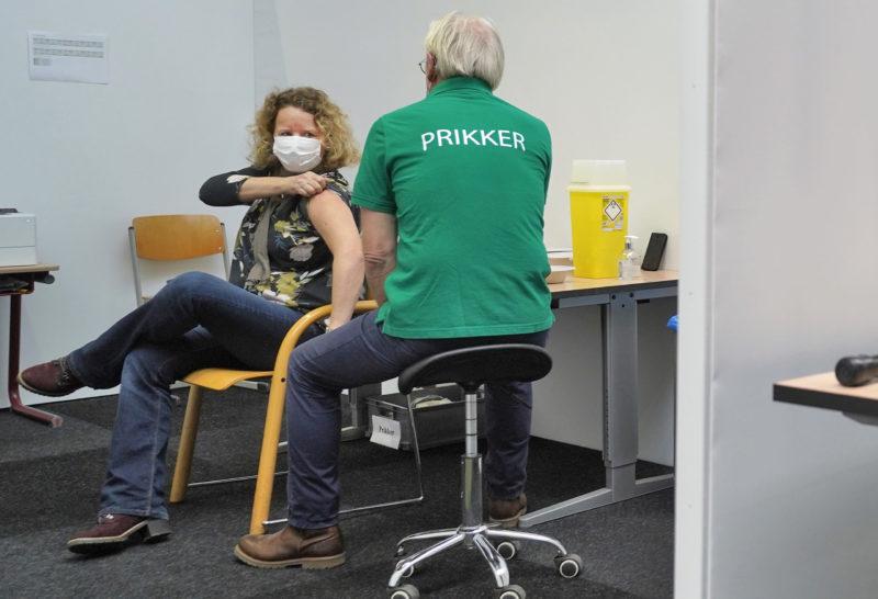 Bij de grote priklocatie van de GGD Gelderland-Zuid worden nu enkele honderden mensen per dag gevaccineerd tegen het coronavirus.