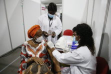 Hoe krijgen ook arme landen voldoende vaccins?