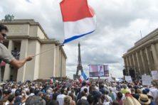 Fransen woedend de straat op om invoering 'gezondheidspas'