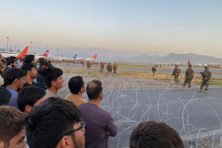 Overgeleverd aan Taliban zien wanhopige Afghanen de laatste Amerikanen vertrekken