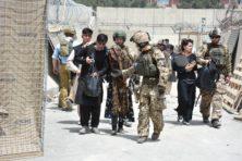 Anarchie rond vliegveld Kabul, terwijl Tweede Kamer debatteert over evacuatie
